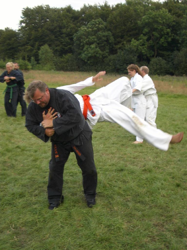 Sensei John rykker en orangebælte rundt...