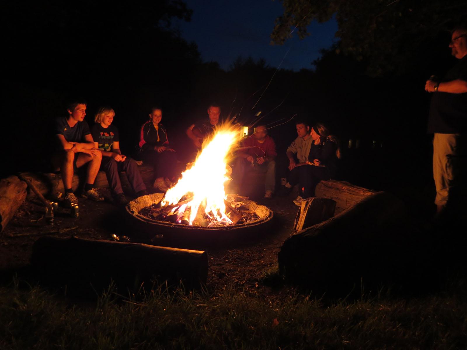 Fredag aften slutter med hygge omkring bålet