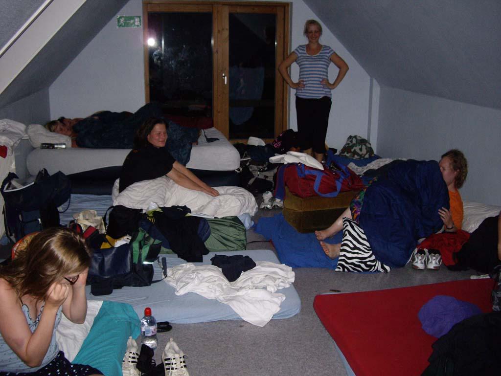 Pigerne bliver vækket til nattræning...