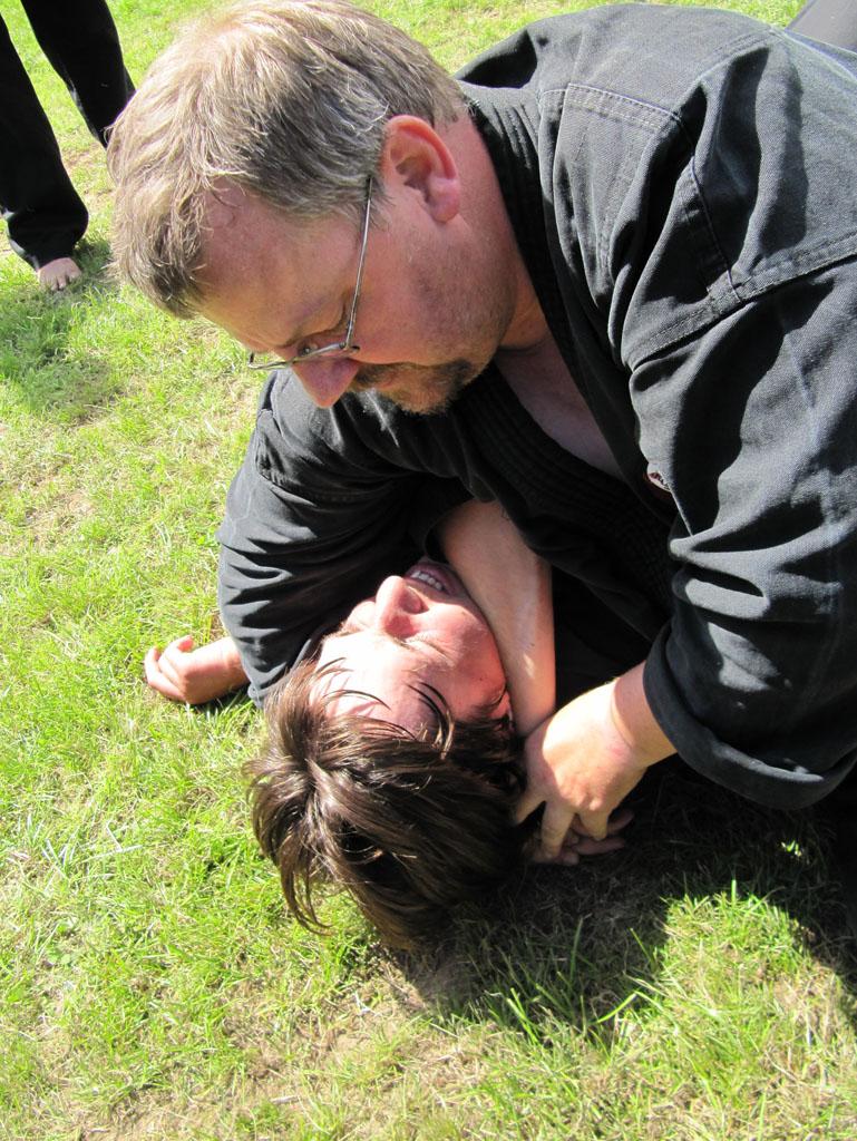 Sensei John demonstrerer en strangulering...