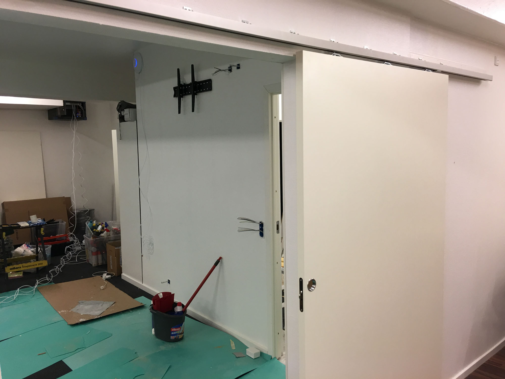 Receptionsvæggen og teknikken i lageret begynder at tage form...