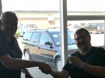 En glad sensei John får overrakt nøglerne til vores nye klub.