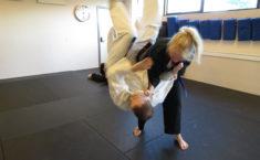 Jiu-jitsu - pigerne kaster rundt med de store drenge