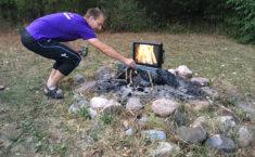 Jakob laver bål på Camp i 2018